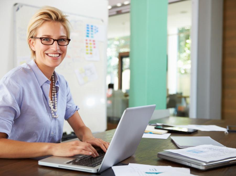 Retrato de mujer de negocios que trabaja en la oficina creativa