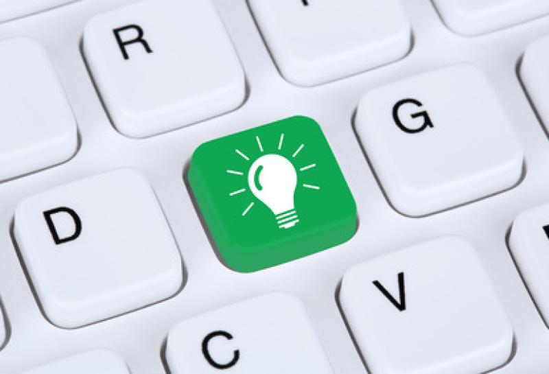 Idee Lösung Glühbirne Erfolg erfolgreich Konzept mit Internet Computer